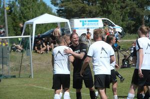 Mathias Månsson tackar motsåndarna i ML Elmontage efter gruppspelsmatchen som slutade 2–2. Krysset innebar att Månssons lag Parment Transport gick vidare. Men i kvartsfinalen tog det tvärstopp; 0–6 mot Sundsvallsbyggarna.