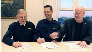 Från vänster: Lars-Göran Uddholm, brandchef Södertörns, Max Åkerwall, lokalpolisområdeschef i Södertälje, och Bob Wållberg (NP), kommunstyrelsens ordförande i Nykvarns kommun.