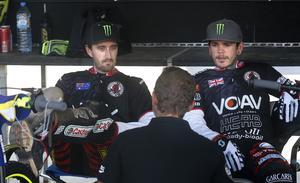 Världsmästarna Chris Holder och Tai Woffinden samtalar med Henka Gustafsson efter de första varven på banan. Efteråt gav de underlaget högsta betyg.