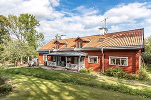 9. 8-rumsvillan fick 30 651 klick. Mäklaren är Susanne Feretti på Feretti Mäkleri.
