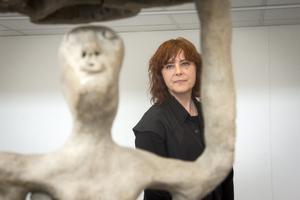 Ulrika Bjöörn har jobbat intuitivt i keramik. Detalj ur verket