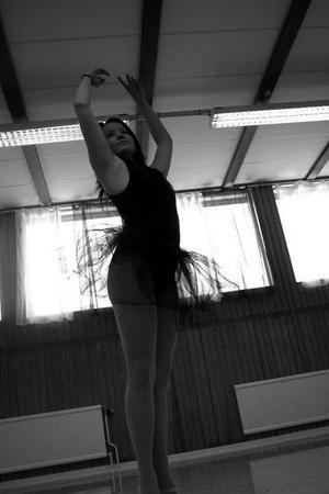 Alexandra Hägg är utbildad inom jazz, balett och modern dans.