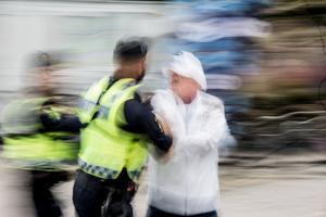 Här forslar polisen bort Benny Rosengren.