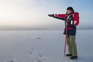 Isen är nu 40 millimeter tjock längs med stranden i Rättvik. Längre ut vittnar sjörök om öppet vatten.