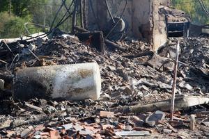 Vid halv sju på söndagsmorgonen lämnade räddningstjänsten platsen där en villa brunnit ner.