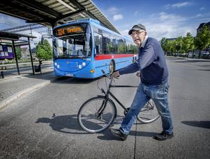 Jan Gunnarsson är numera pensionär men har arbetat som busschaufför i många år. Att hänga på en cykel då och då bak på bussen ser han inte som något problem.