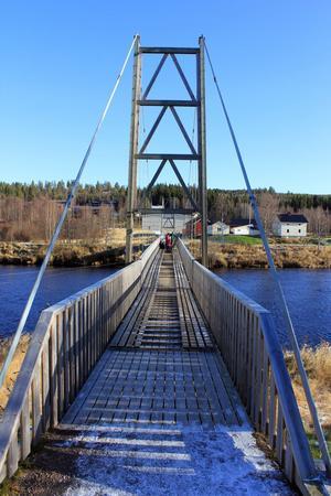 25 trallar skulle läggas ut för att skydda bron från slitage av skotrarna.