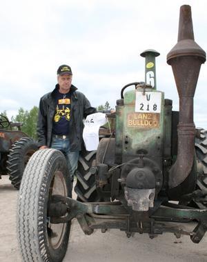 Arne Eriksson med sin Lanz Bulldog från 1942. Den var i drift på gården när han själv var grabb.