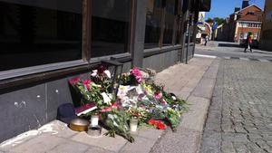 Utanför restaurang på G växer högen av blommor.