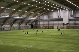 Den sportsliga verksamheten i hallen och de stora evenemangen påverkas inte av denna lösning med luftballong ovanpå taket.