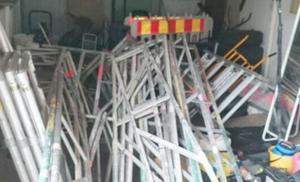 Beslagtagna byggställningar i polisens förvar.Foto: Polisen