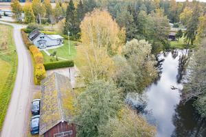 Huset har tomt som gränsar till Hedströmmen och enligt mäklaren Maria Hellström är det möjligt att lägga i en roddbåt och meta lita. Möjligen även bada.Foto: Länsförsäkringar Fastighetsförmedling.