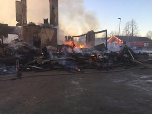 Platsen för branden kommer att spärras av och så småningom kommer platsen även att undersökas av kriminaltekniker.