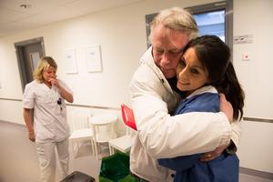 Lennart Heintz ger Tove Lundin en kram.