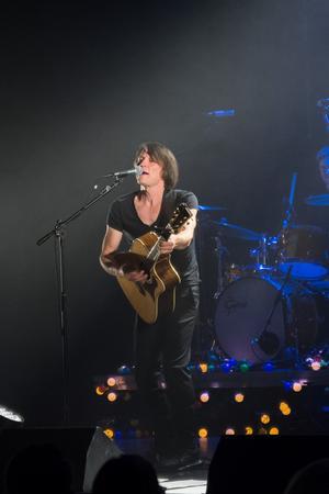 Jakob Hellman varvar nya och äldre låtar i konserten. Foto: Marit Sigurdson