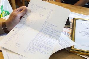 Alve Larsson, grundare och tidigare ledare till gymnastikgruppen Rengsjöhararna, har fört noggrann dokumentation efter varje aktivitet.
