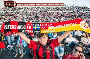 Fotbollsfest på Östersunds skidstadion. Tusentals följer Europaleague-matchen mot Galatasaray i Istanbul på storbildskärm i juli 2017.
