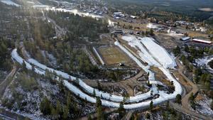 2,5 km snö har nu körts ut. På fredag är det rekordtidig premiär för skidåkning på snö på Idre Fjäll.