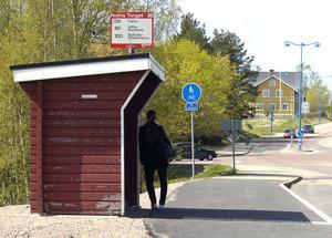 Var är bussen? På måndagsmorgonen väntade många på en Linje 100-buss som inte kom. Den hade havererat och resenärerna hämtades senare av en taxibuss.