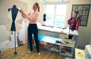 – Att få träffa och lyssna på Lars Nilsson är helt fantastiskt, sa en av eleverna, Karolina Pettersson. Läraren Lina Gabrielsson, till höger tittade på Karolinas verk.