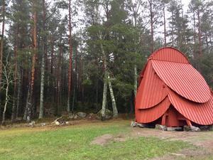 Inne i Råbyskogen, nära denna skulptur, hittades vildsvinshuvudet.