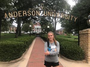 Fanny utanför Anderson University i South Carolina, USA.  Foto: Privat