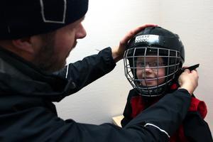 Oskar Hagelberg Nordahl, 5 år, är ivrig till skridskoskolan. Pappa Anders hjälper honom med utrustningen.