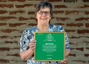 Ingela Permats med diplomet som visar att hon utsetts till Årets eldsjäl bland de förtropendevalda i Unionen i Sverige. Foto: Patrik Nygren
