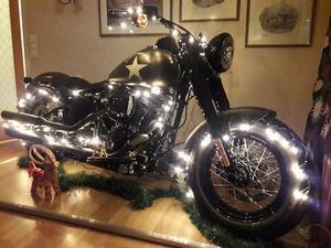 I julas dekorerade Magnus Lagerhorn sin Harley-Davidson enligt tradition. Bild: Privat