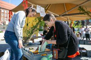 """Berit Olsson från Brunflo till höger ogillar att affärerna slänger livsmedel som ser ankomna ut men som det inte är något fel på. Det gladde henne att """"Foodsharing Östersund"""" med bland andra Aydan Mehtiyeva delade ut frukt och grönt  som kasserats av affärer i Östersund. Apelsinerna Berit fick skulle hon pressa till juice."""