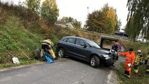 Bilen körde ner för slänten och över en gång- och cykelbana.