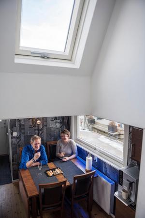 Köket är platsbyggt och litet, men sex personer kan äta middag tillsammans.Foto: Vilhelm Stokstad / TT