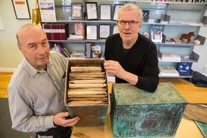 Den gamla kistan är fylld med dokument och, enligt uppgift, även kontanter. Erik Andersson och Håkan Rosén tänker i morgon visa en del av innehållet vid ett evenemang på gågatan.