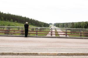 Olyckor sker med jämna mellanrum på E 16 berättar Hans Moberg. Det sker ibland på raksträckor vilket får trafikorganisationer och trafikpolis att klia sig i huvudet. Distraktioner anses ofta vara orsaken.