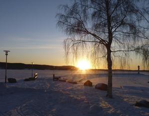 Soluppgång över båthamnen på Långnäs i Bollnäs fredag den 12 februari vid 8-tiden