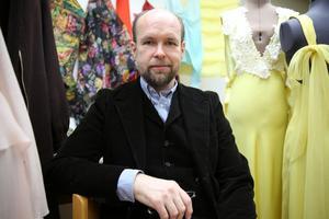 Modedesignern Lars Nilsson att har jobbat för internationellt stora modehus som Chanel och Lacroix, men också gjort kollektioner för Svenskt Tenn, Hästens och mattor för Vandra Rugs, Stockholm.