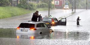 Marie Jonsson Peters  var tvungen att klättra ut ur bilen genom taket för att undkomma vattnet.