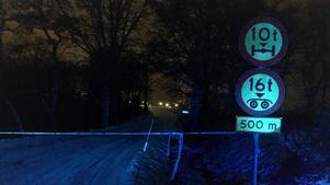 Polisen spärrade inledningsvis av tillfartsvägarna till Mölntorp under det att räddningstjänsten bekämpade branden.