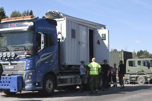 En container med utrustning för  att lösa kommunikationsproblemet för myndigheternas radioapparater lastas av i Särna.