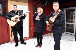 Nenne Wallin, kommunalråd Anna Hed och Per-Erik Sparr underhöll genom att sjunga.