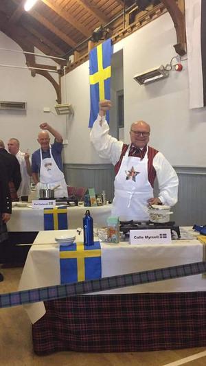 Calle Myrsell, världsmästare i grötkokning, har Gustafsdräkten som tävlingsdräkt. Calle delade vinsten med Per Carlsson från Steninge. Foto: Privat