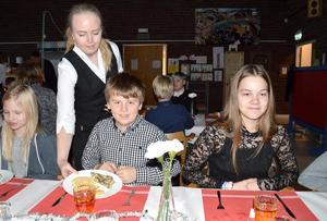 Rebecca Örnerfors från Hushagsgymnasiets restaurang- och livsmedelsprogram serverade eleverna på Tunets skola när det var Nobellunch. Lukas Johansson och Tuva Andersson gillade maten.