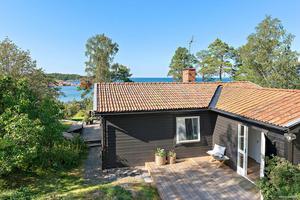 Det havsnära huset på Kasenvägen 72 på Väddö blev den näst dyraste försäljningen i oktober. Foto: Mäklarhuset Norrtälje