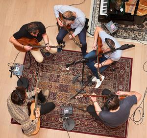 Per Lundgrens i studion i Palma på Mallorca. Fem akustiska gitarrer som växlas upp och låter som fyrtio.