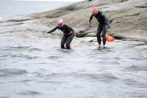 Det är viktigt med balansen när man går på hala klipphällar i simfötter. Minna Bäckman och Per Björklund lyckades utan att halka och kunde snyggt simma vidare.