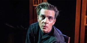 Björn Johansson som Gregor Samsa i Folkteaterns uppsättning av Förvandlingen. Foto: Jenny Baumgartner