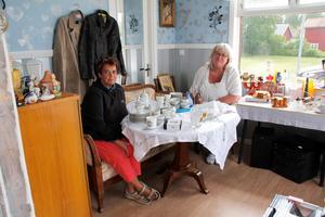 Mia Andersson, till höger, har loppisen i den gamla macken i Tärnsjö tillsammans med Monica Åkerman.
