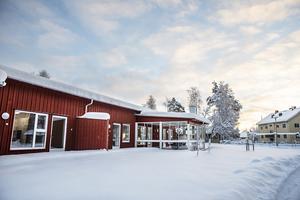 På Snickerivägen i centrala Krokom, granne med fuktskadade förskolan Regnbågen, har under vintern ett nytt gruppboende med fem lägenheter vuxit upp.