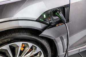 Vad ska vi göra med alla batterier som kommer att kasseras genom att alla bilar ju ska gå på el och laddningsbara batterier? undrar Anders Sandin. Foto: TT