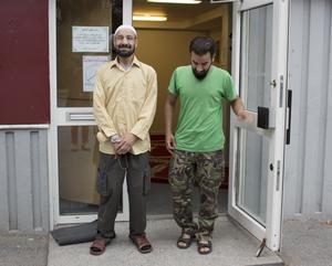 """""""Den här moskén är öppen för alla. Alla är välkomna. Här predikas aldrig våld, här finns ingen salafism"""", försäkrar imamen på Pettersberg, Khalid Alnjmawi. Han har inte läst Försvarshögskolan rapport där Pettersberg beskrivs och moskén kritiseras. """"Är de säkra på att de har fått rätt information?"""" undrar han.  Till höger sonen Mohammad Taha. Foto: Ann-Christine Kihl"""